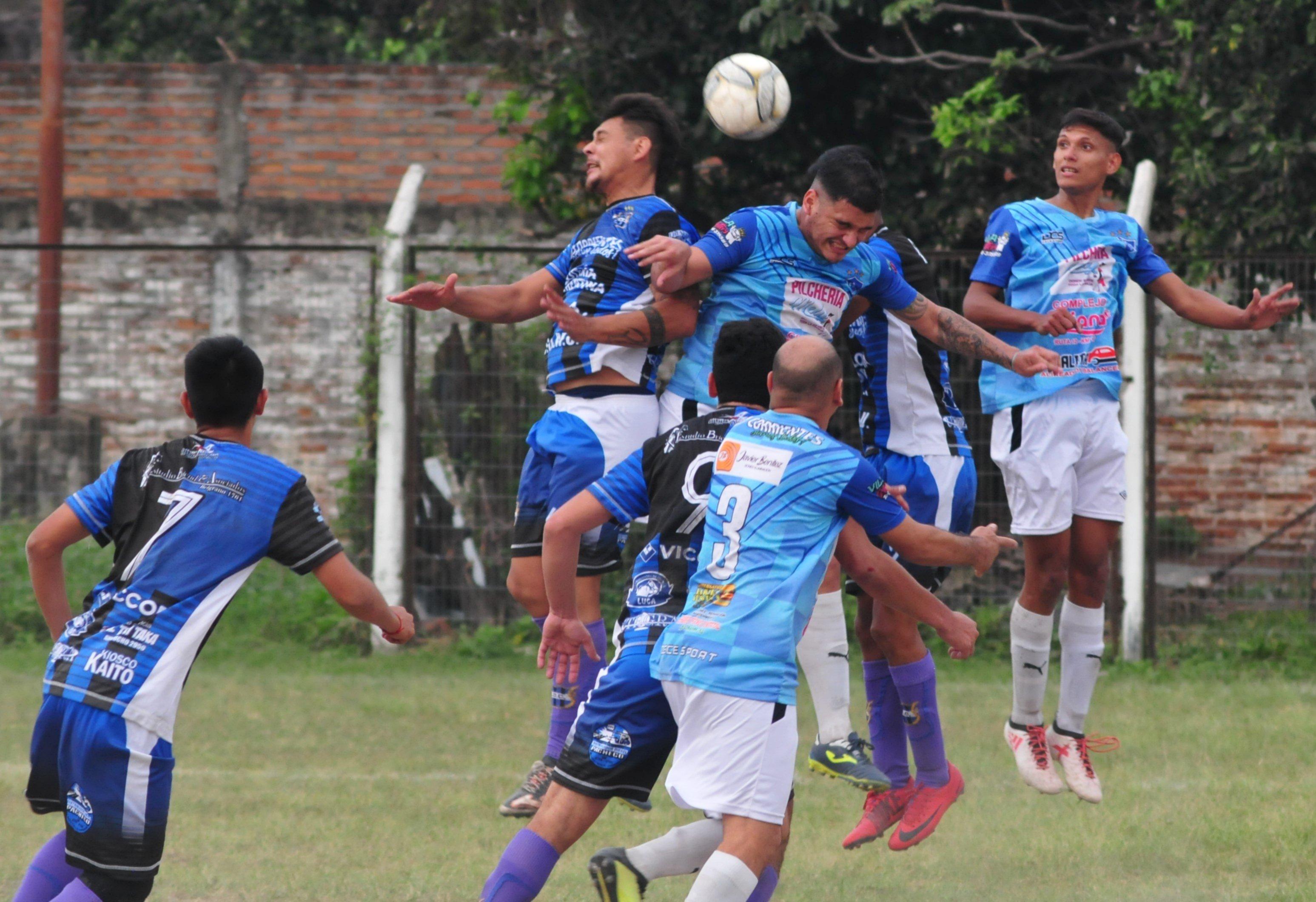 <p>En el aire. Jugadores de Curupay e Invico se disputan una pelota que llega por lo alto durante el partido de ayer en Sportivo.</p>