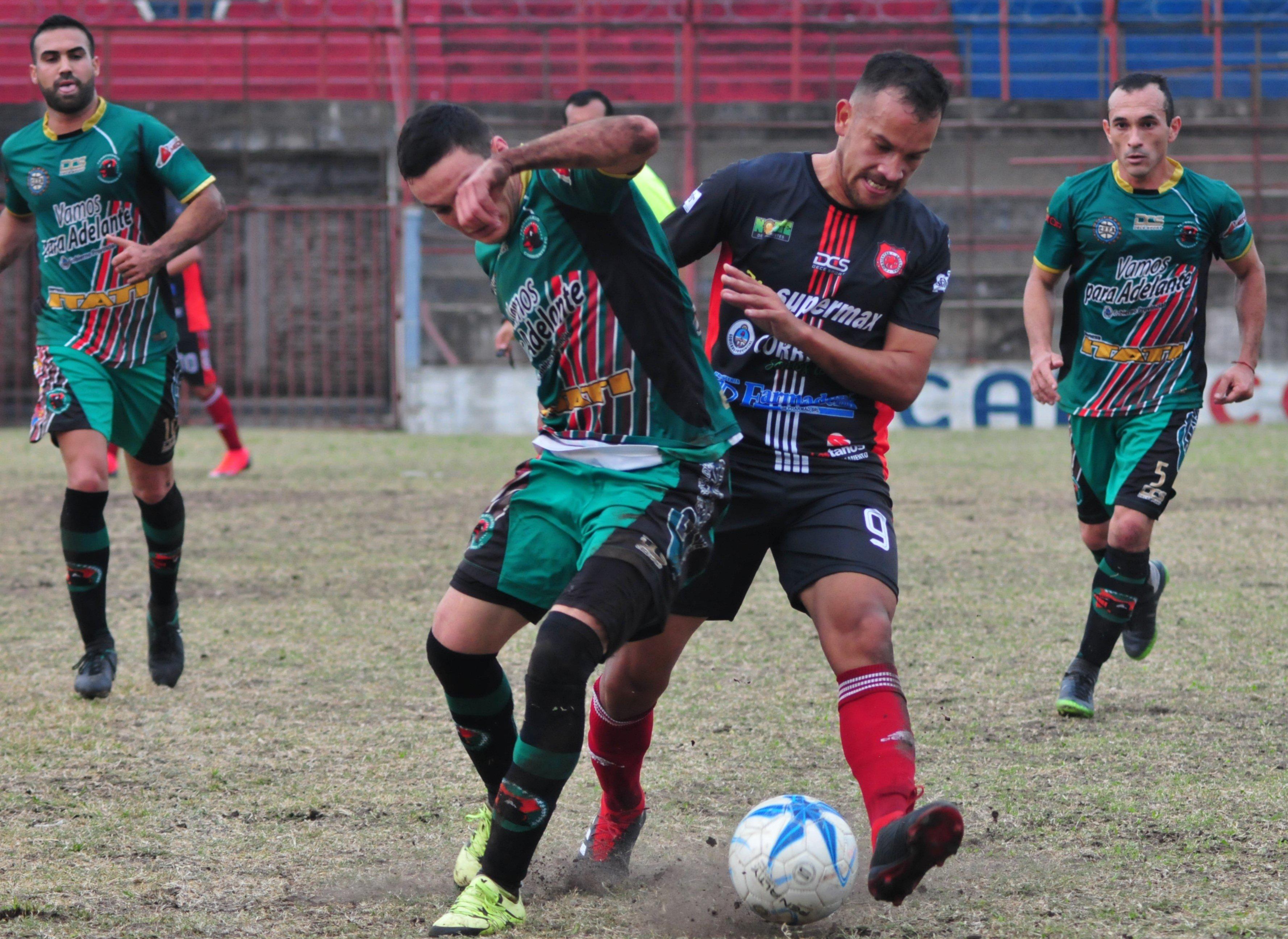 <p>Cuerpo a cuerpo. Acevedo y Valenzuela se disputan un balón durante el triunfo de Cambá Cuá sobre Ferroviario.</p>