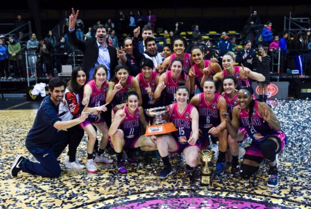 <p>Celebración. Las chicas de la Fusión con el trofeo.</p>