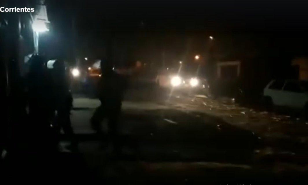 <p>Muerte. La Policía al ingresar al domicilio donde se produjo la tragedia en el barrio Villa Raquel.</p>