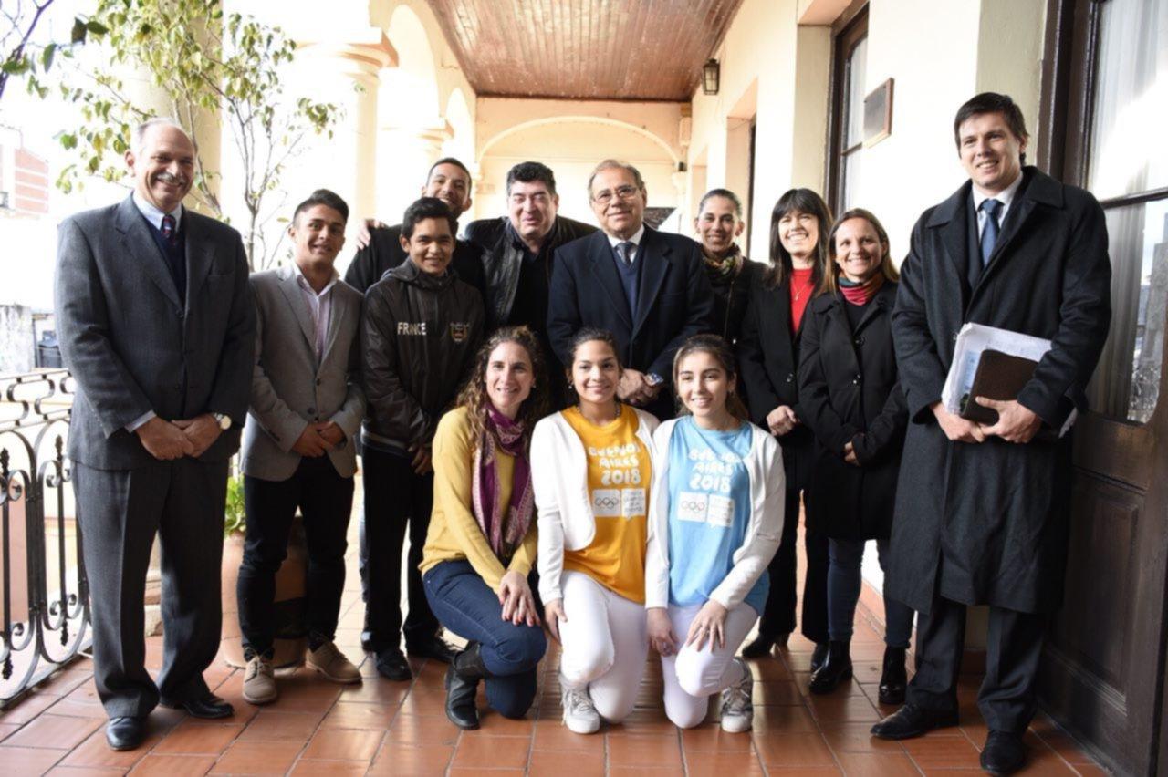 <p>Anuncio. Autoridades del municipio capitalino junto con algunos de los que portar&aacute;n la llama ol&iacute;mpica durante su paso por Corrientes.</p>