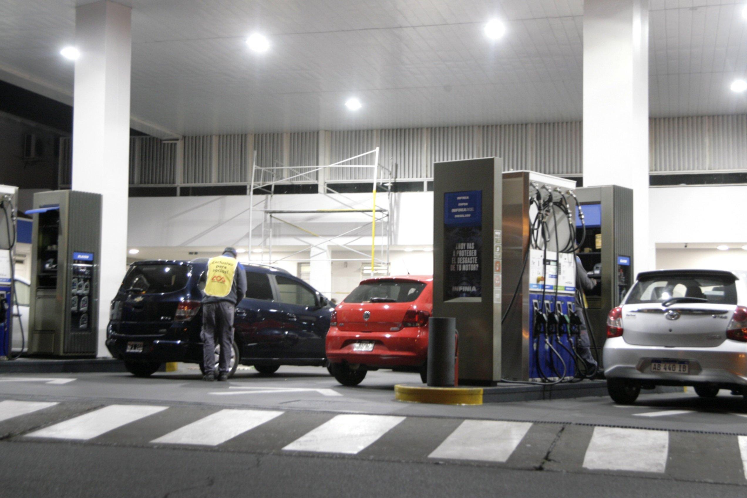 <p>Demanda. Ante la incertidumbre por la suba de precios, algunos conductores ya llenaron el tanque.</p>