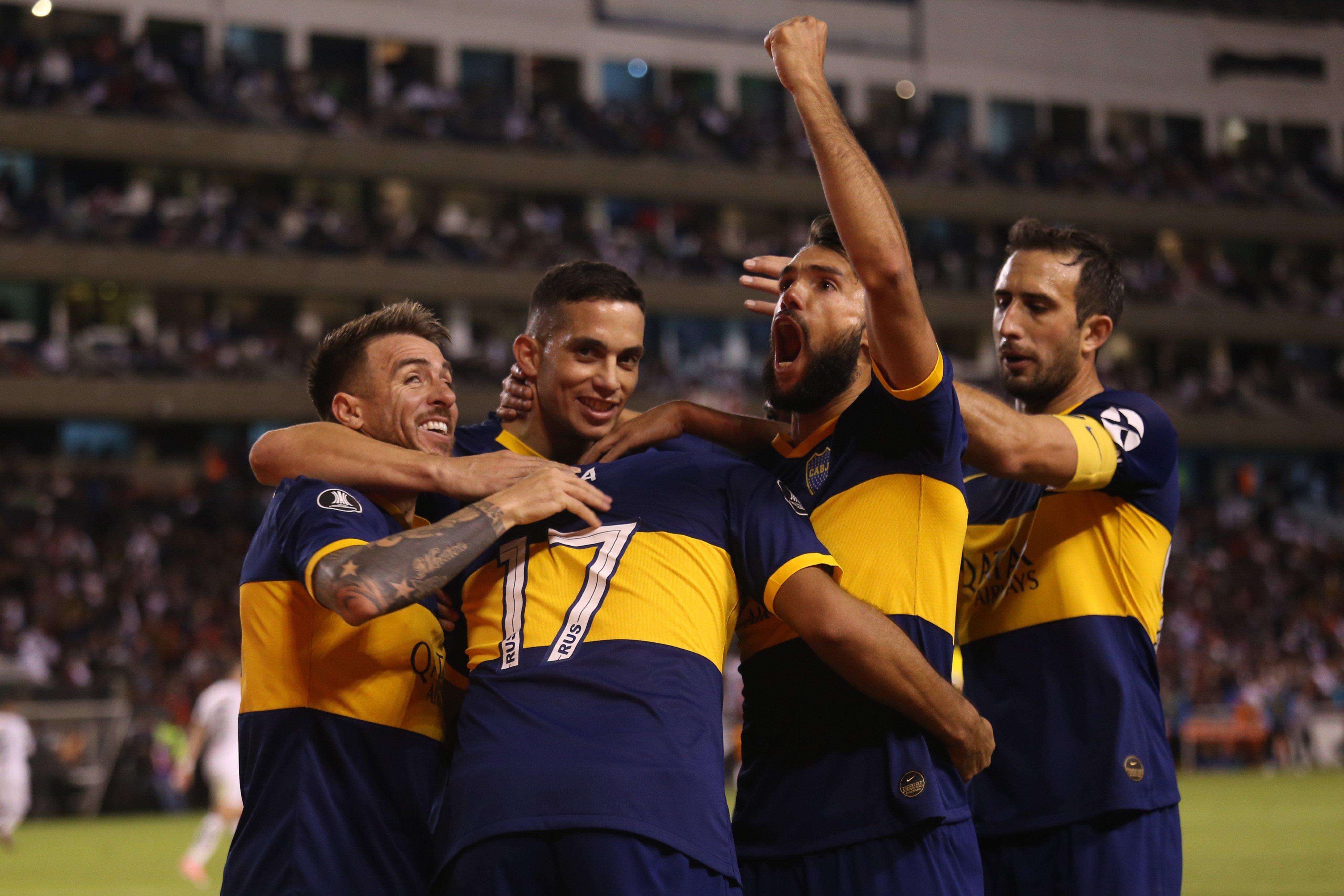 <p>Abrazo de gol. Boca buscará extender su buena semana en la Superliga.</p>