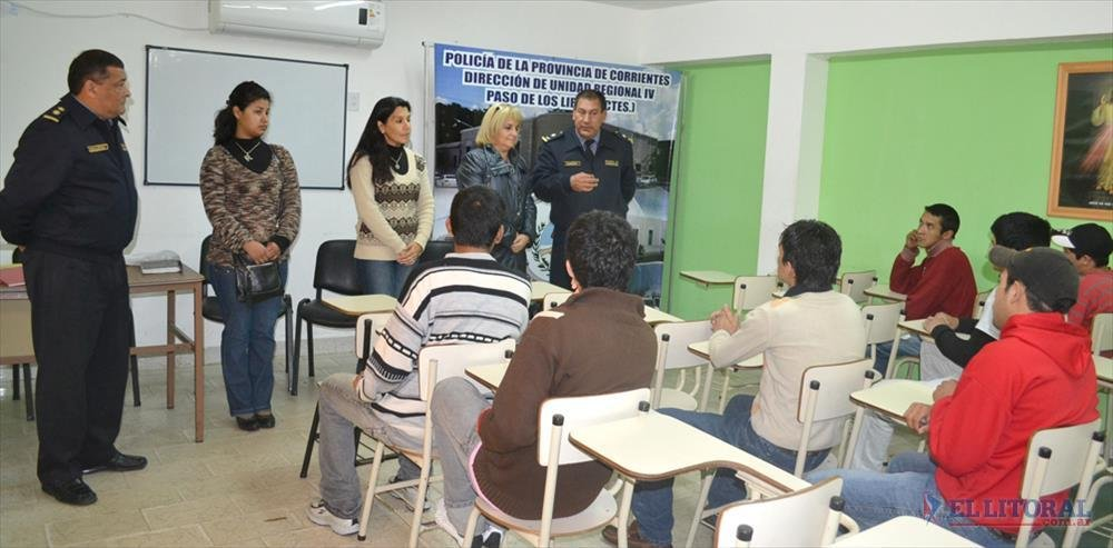 PRESENTACION. Funcionarios y los nuevos alumnos del programa de alfabetización.
