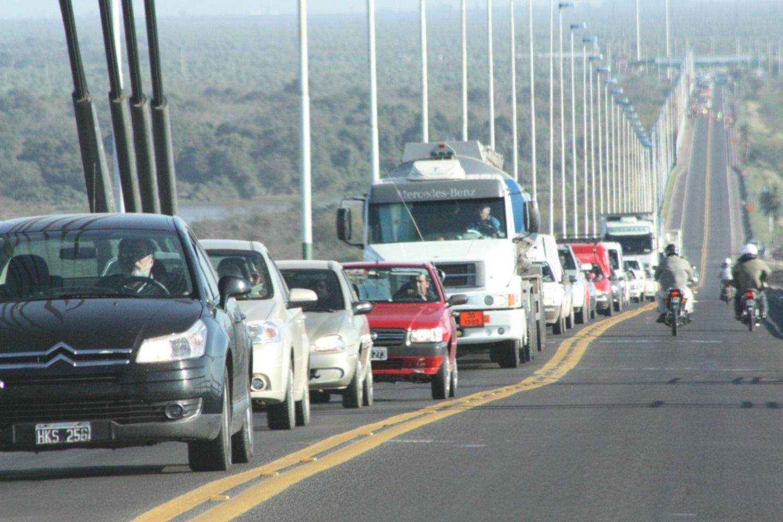 <p>Circulación. Por día sobre el puente pasan más de 20 mil vehículos.</p>
