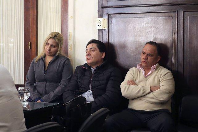 <p>En el banquillo. El Turco Viola junto a su ex pareja y ex cu&ntilde;ado.</p>