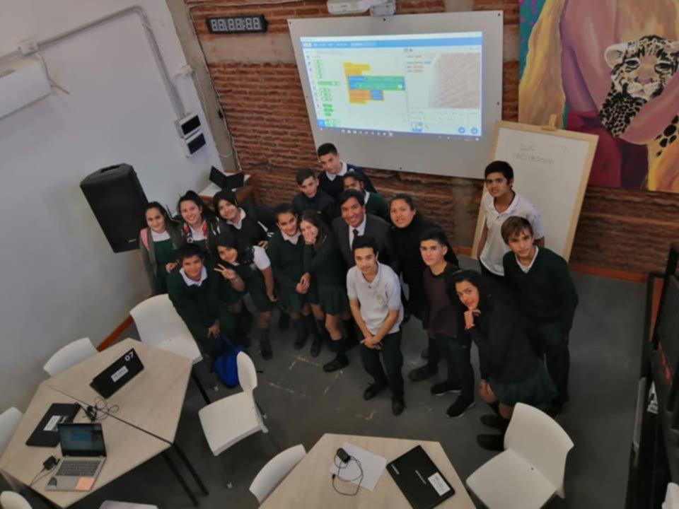 <p>Enseñanza. Cadillo compartió una jornada con estudiantes en el colegio secundario del barrio Apipé.</p>