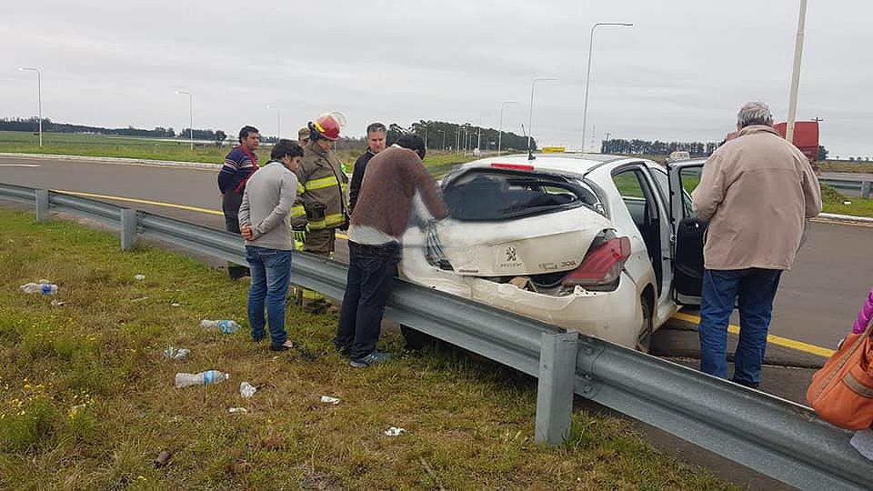 <p>Daños. Tras un choque en Monte Caseros, un Peugeot terminó con severas consecuencias materiales.</p>
