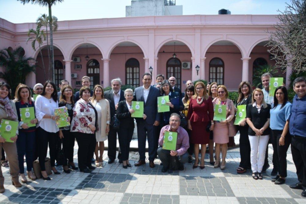 """<p>Entrega. Referentes de escuelas que forman parte de """"Asistiré"""" estuvieron ayer en Casa de Gobierno.</p>"""