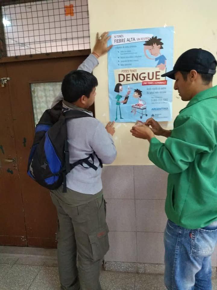 <p>Tareas. Dialogan con los vecinos y hablan de cómo prevenir la proliferación del mosquito Aedes aegypti.</p>