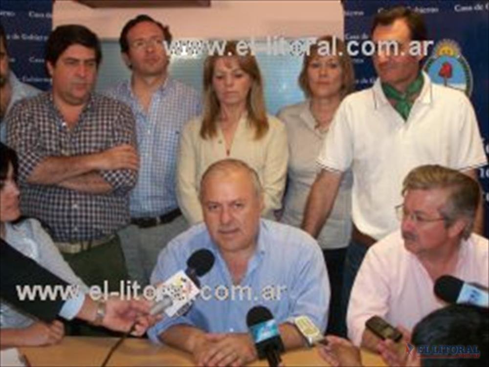 Cerca de las 20,45, Arturo inició una conferencia de prensa que no duró más de 10 minutos.