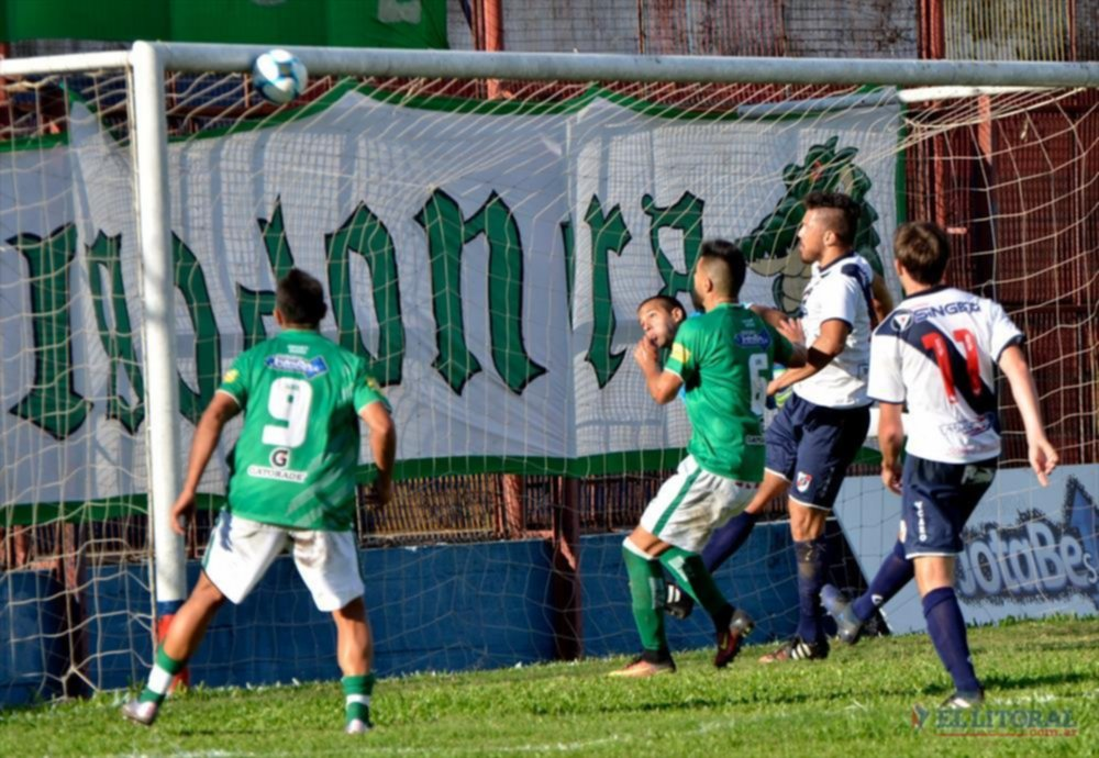 Manotazo salvador. Navarro Montoya ya desvió la pelota que se estrella en el travesaño.  FOTOS ESTEBAN LEDESMA