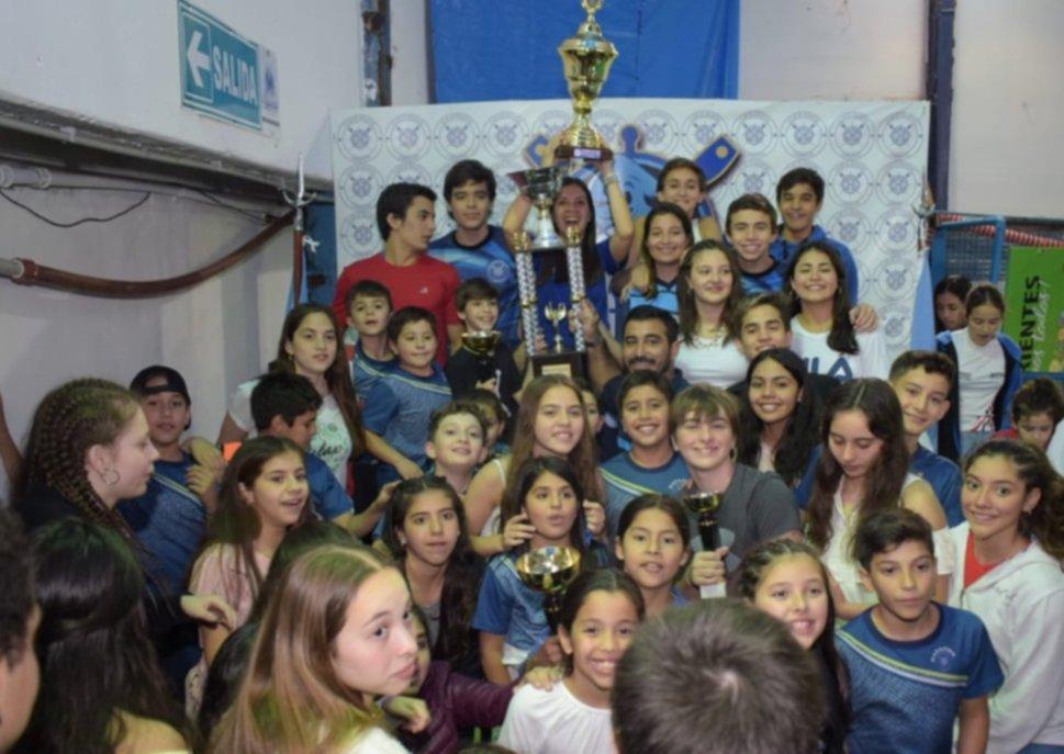 <p>Premiación. El equipo de Regatas Corrientes en lo más alto del podio cerró de gran forma una nueva edición del Circuito Regional.</p>