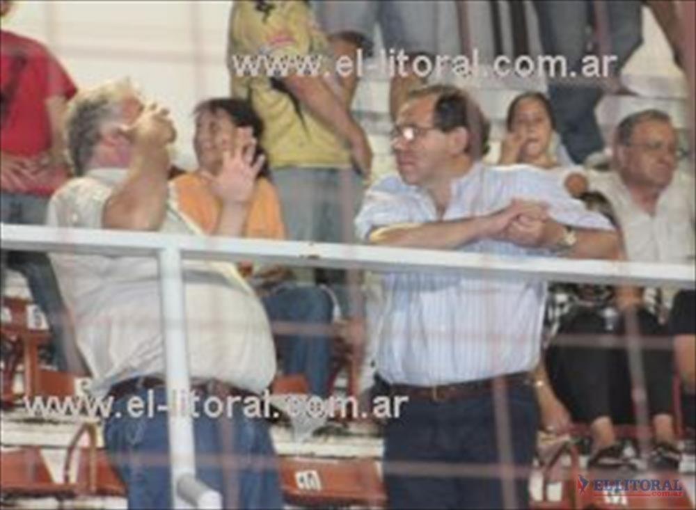 El que gesticula es el senador Sergio Flinta, junto a Tassano el domingo en la cancha de Huracán para ver a Boca Unidos.