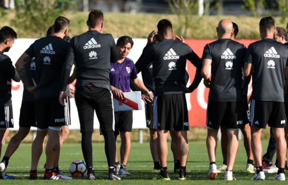 <p>Entrenador. Marcelo Gallardo se dirige a sus jugadores en la pr&aacute;ctica de ayer.</p>