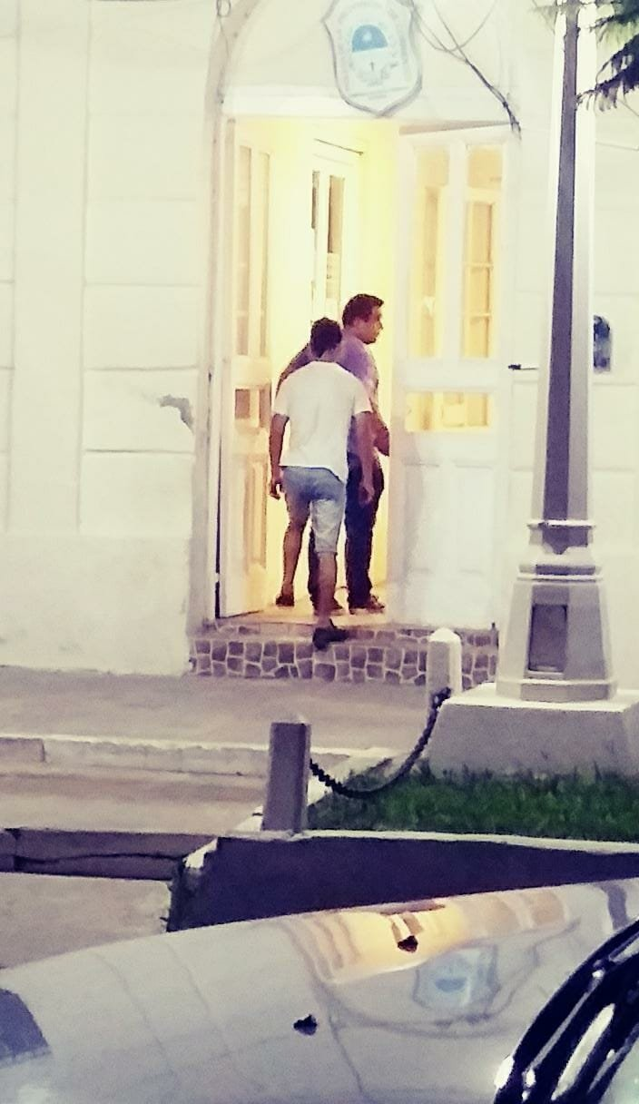 <p>Atrapado. El detenido, al llegar a la comisaría de Esquina donde quedó alojado e incomunicado.</p>