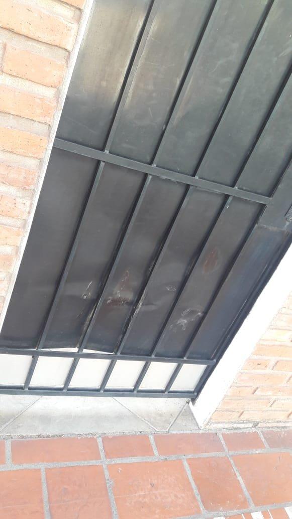 <p>Así quedó la puerta luego de que los vecinos intentaran socorrer a la víctima.</p>