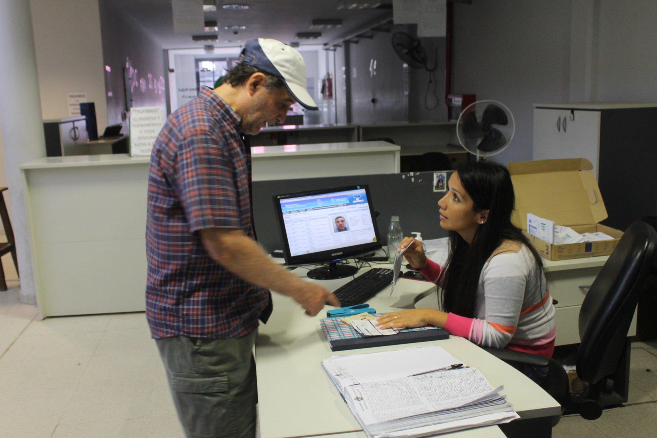 <p>Registro. En la sede central, en sólo tres días ya tramitaron el DNI digital más de 100 personas. Pero no todos conocen sobre esta nueva modalidad del servicio.</p>