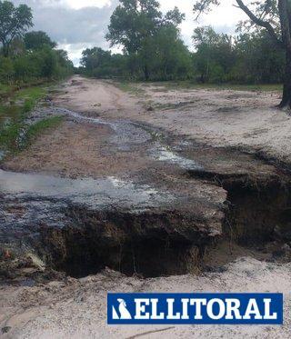 Un arroyo destruyó un camino y dejó a 35 familias aisladas