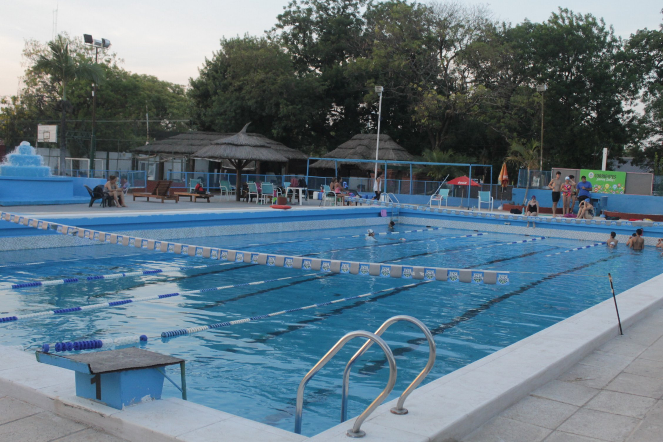 <p>Pileta. Es la opción principal en clubes y otras instituciones como la Unne; la imagen es del Tennis Club.</p>