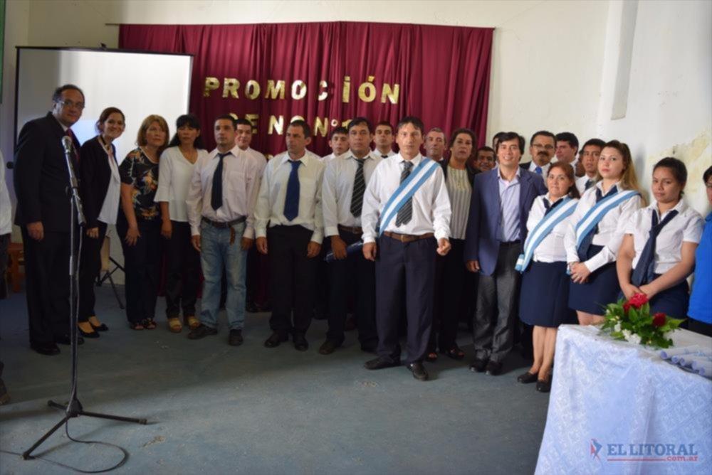 BANDERA. Los internos de la Unidad 1 y las mujeres de la Unidad 3 recibieron sus diplomas de egreso.