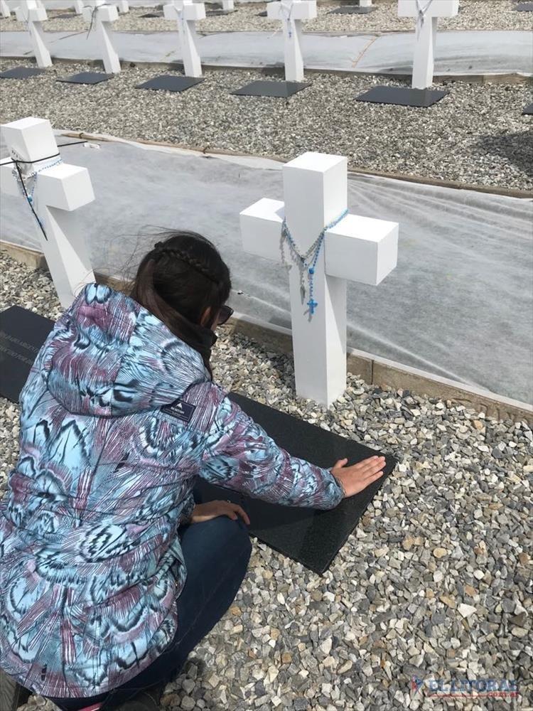 Visita. El cementerio de Darwin hace poco, donde predominan las cruces blancas en honor a los argentinos caídos en las islas. GENTILEZA