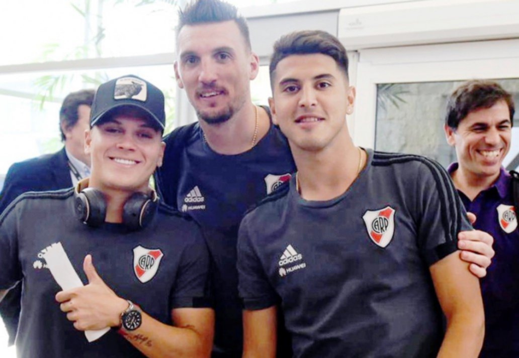 <p>Previa. Quintero, Armani y Palacio, antes de embarcarse en el vuelo chárter hacia Madrid.</p>