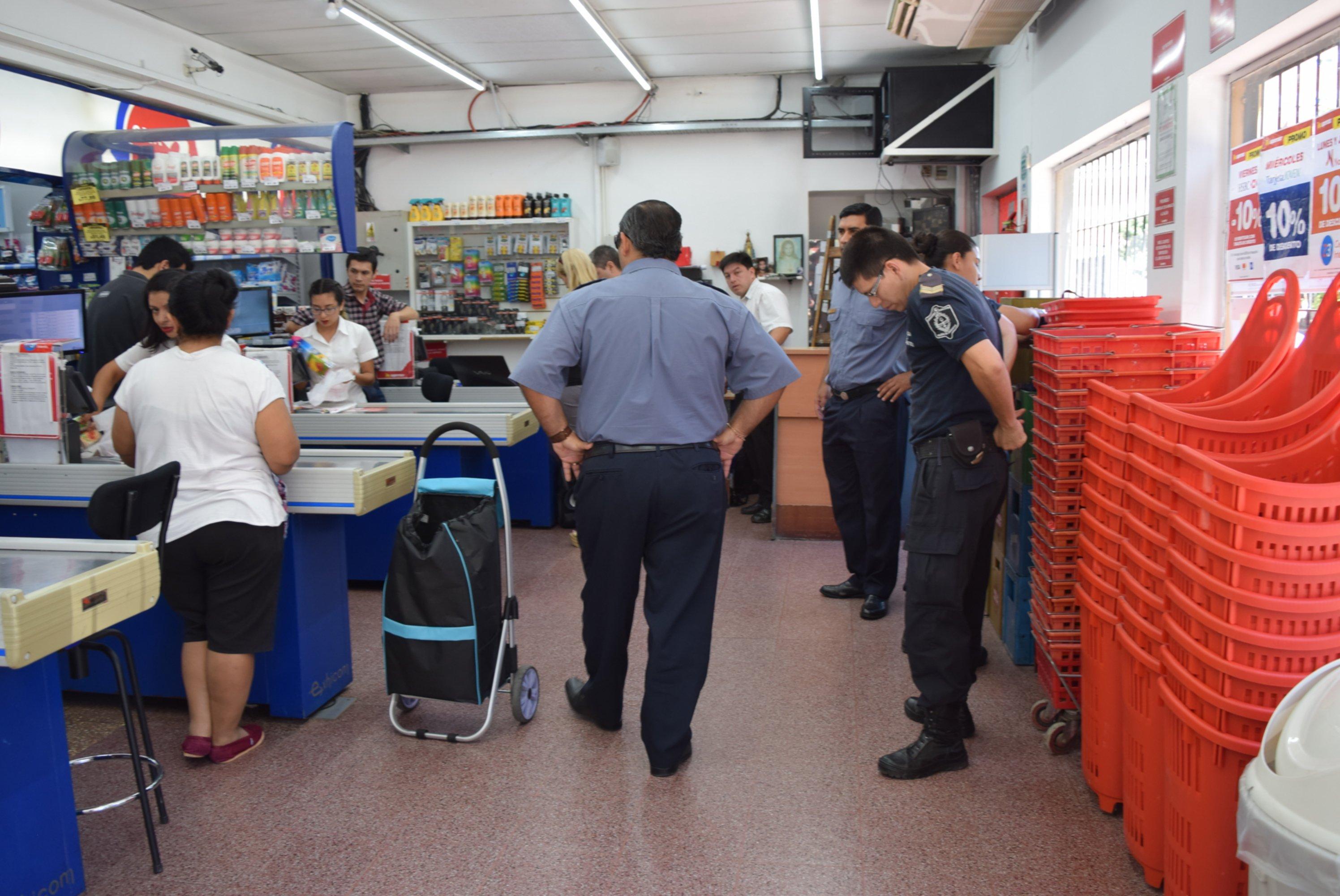 <p>Escenario. La Polic&iacute;a al indagar a los cajeros, luego del asalto.</p>