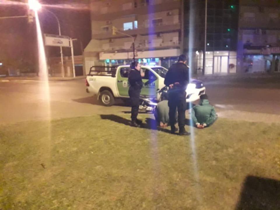 <p>Atrapados. La Polic&iacute;a en pleno procedimiento al demorar a los sospechosos.</p>