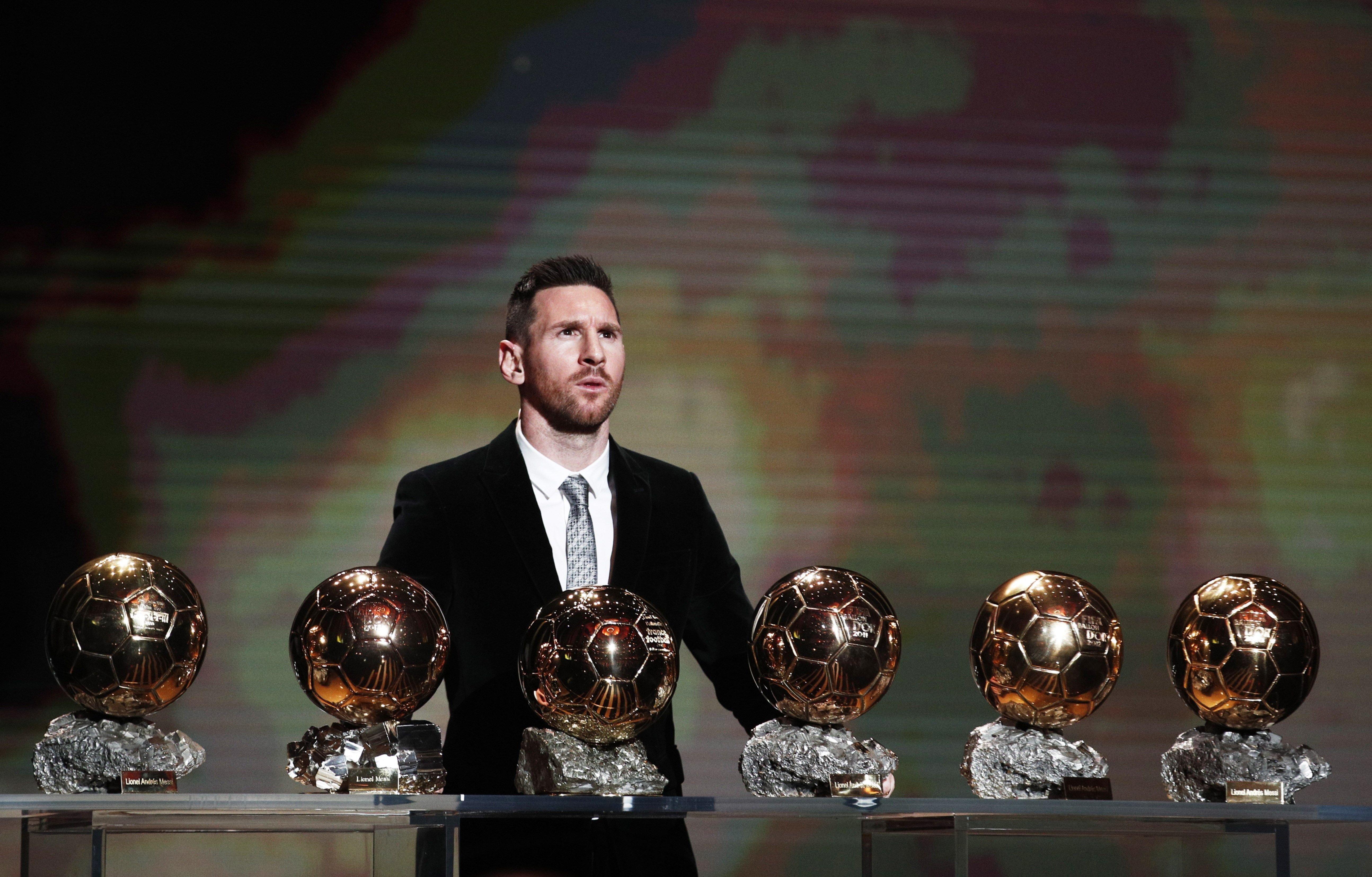 <p>El rey del oro. Lionel Messi junto con los seis Balón de Oro que cosechó a lo largo de su carrera.</p>