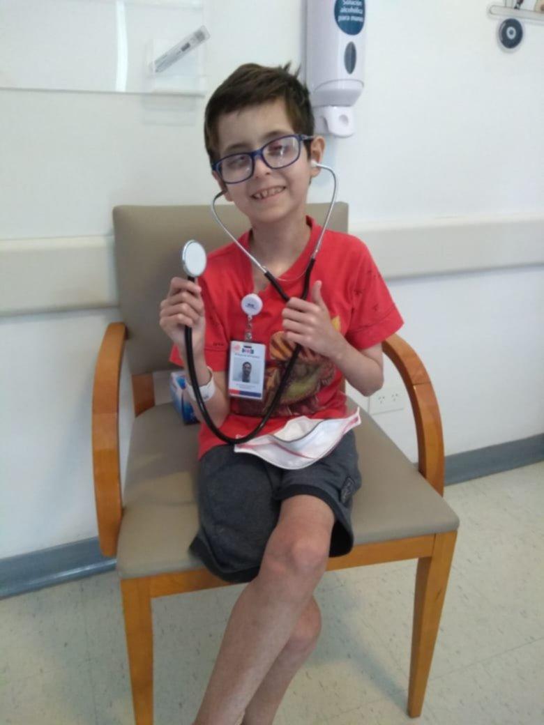 <p>Salud. Tras despertarse luego de un complejo estudio médico, Bruno sonríe para su madre.</p>