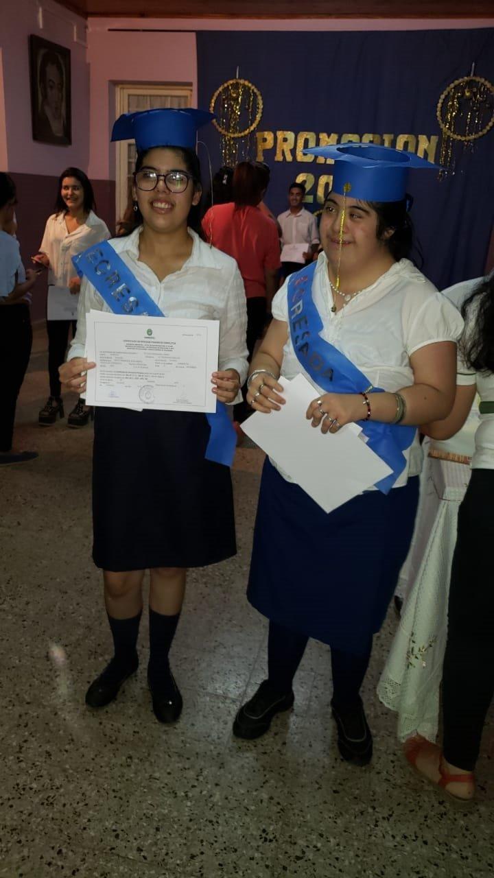 <p>Logro. Mariana y Atina celebraron la culminación de la primaria.</p>